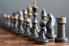 Pezzi degli scacchi di legno d'annata su una vecchia scacchiera Immagini Stock Libere da Diritti