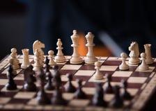 Pezzi degli scacchi di legno su una scacchiera Fotografie Stock