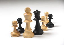 Pezzi degli scacchi di matrimonio misto fotografie stock libere da diritti