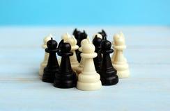 Pezzi degli scacchi di supporto del pegno in un mucchio immagine stock libera da diritti