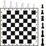 Pezzi degli scacchi e scacchiera Immagine Stock
