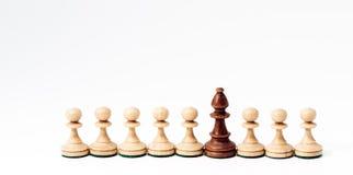 Pezzi degli scacchi nel concetto di concorrenza o di diversità immagini stock