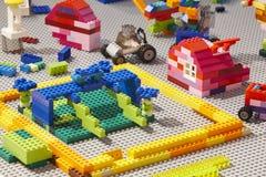 Pezzi dei mattoni colorati plastica della costruzione Giocattolo dei bambini Fotografie Stock Libere da Diritti