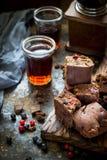 Pezzi del brownie con le bacche su fondo blu scuro fotografia stock