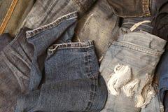 Pezzi del fondo di denim molti che sovrappongono il resto della riparazione dell'indumento fotografie stock