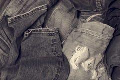 Pezzi del fondo di denim molti che sovrappongono il resto della riparazione dell'indumento immagini stock