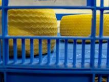 Pezzi del formaggio pronti ad essere immagazzinato in canestri blu Fotografie Stock Libere da Diritti