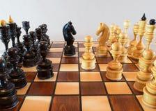 Pezzi del gioco di scacchi sul bordo Immagine Stock