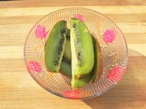 pezzi del kiwi in ciotola Fotografia Stock