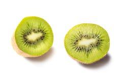 Pezzi del kiwi isolati su fondo bianco Fotografia Stock