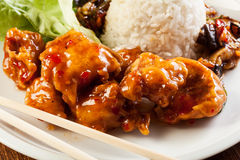 Pezzi del pollo fritto con salsa agrodolce Immagini Stock Libere da Diritti