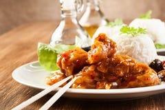 Pezzi del pollo fritto con salsa agrodolce Immagini Stock