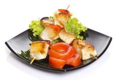 Pezzi del pollo grigliati sugli spiedi isolati Immagini Stock Libere da Diritti