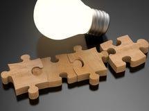 Pezzi del puzzle con la lampadina brillante Immagine Stock