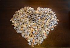 Pezzi del puzzle sotto forma di un cuore Fotografia Stock Libera da Diritti