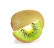Pezzi del taglio del kiwi su fondo bianco Fotografie Stock Libere da Diritti