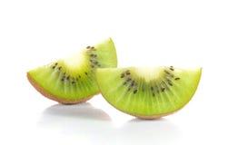 Pezzi del taglio del kiwi su fondo bianco Immagine Stock Libera da Diritti