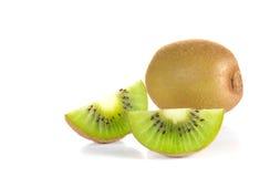 Pezzi del taglio del kiwi su fondo bianco Immagine Stock