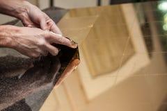 Pezzi della foglia di oro sul vetro Fotografie Stock Libere da Diritti