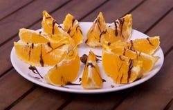Pezzi di arance sul piatto Fotografie Stock Libere da Diritti