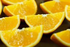 Pezzi di arancia su una banda nera Fotografia Stock