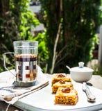 Pezzi di baklava dolce sul piatto, fondo verde del giardino Immagini Stock Libere da Diritti