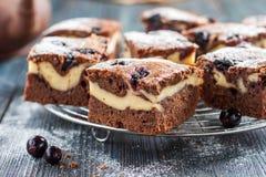 Pezzi di brownie della torta di formaggio del cioccolato con la mora Fotografia Stock Libera da Diritti
