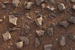 Pezzi di cacao-cioccolato scuro su di pepita di cioccolato del fondo Struttura Fotografie Stock Libere da Diritti
