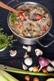 Pezzi di carne con salsa cremosa immagine stock