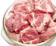 Pezzi di carne cruda in primo piano di vetro della pentola Immagini Stock Libere da Diritti