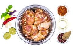 Pezzi di carne di pollo cruda marinati con le spezie e l'olio d'oliva o Immagini Stock Libere da Diritti