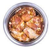 Pezzi di carne di pollo cruda marinati con le spezie e l'olio d'oliva o Fotografie Stock