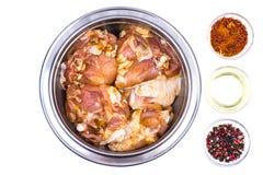 Pezzi di carne di pollo cruda marinati con le spezie e l'olio d'oliva o Immagine Stock