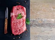 Pezzi di carne grezza con prezzemolo Fotografia Stock