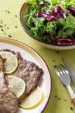 Pezzi di carne pronta con il limone Fotografie Stock Libere da Diritti