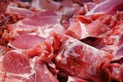 Pezzi di carne suina, fine su, nel mercato di prodotti freschi da vendere fotografie stock