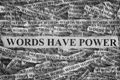 Pezzi di carta lacerati con le parole di frase hanno potere immagine stock