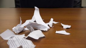 Pezzi di carta lacerati la caduta sulla tavola archivi video