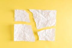 Pezzi di carta lacerati su giallo Fotografia Stock