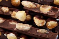 Pezzi di cioccolato con i dadi, squisitezza del primo piano fotografia stock libera da diritti