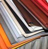 Pezzi di cuoio colorati da vendere nel negozio di cuoio Immagini Stock Libere da Diritti