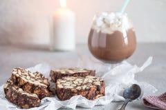 Pezzi di dolce di cioccolato dai biscotti e dal cacao con la caramella gommosa e molle sulla carta del forno immagini stock libere da diritti