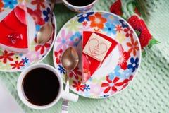 Pezzi di dolce, di pagaia del metallo e di tazza di caffè Immagini Stock
