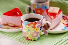 Pezzi di dolce, di pagaia del metallo e di tazza di caffè Immagine Stock