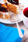 Pezzi di dolce, pagaia del metallo e tazza di tè Immagini Stock Libere da Diritti