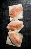 Pezzi di filetto di pesce sui tovaglioli di carta immagini stock