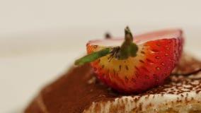 Pezzi di fragole in panna montata bianca della vaniglia Le fette della fragola si chiudono in su Chiuda sulla fetta del dolce di  stock footage