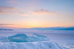 Pezzi di ghiaccio sulla copertura congelata del lago con la neve Fotografie Stock Libere da Diritti