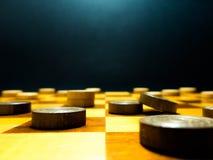 Pezzi di legno del progetto su una scacchiera di legno Fotografie Stock Libere da Diritti