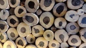 pezzi di legno sistemati nelle pareti fotografia stock libera da diritti